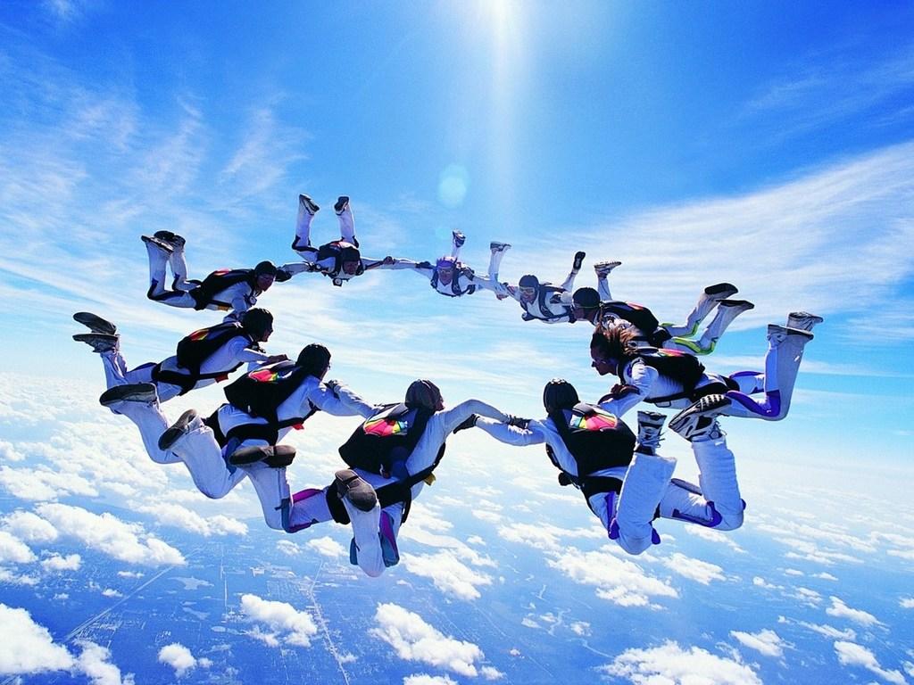 Групповой затяжной прыжок с парашютами
