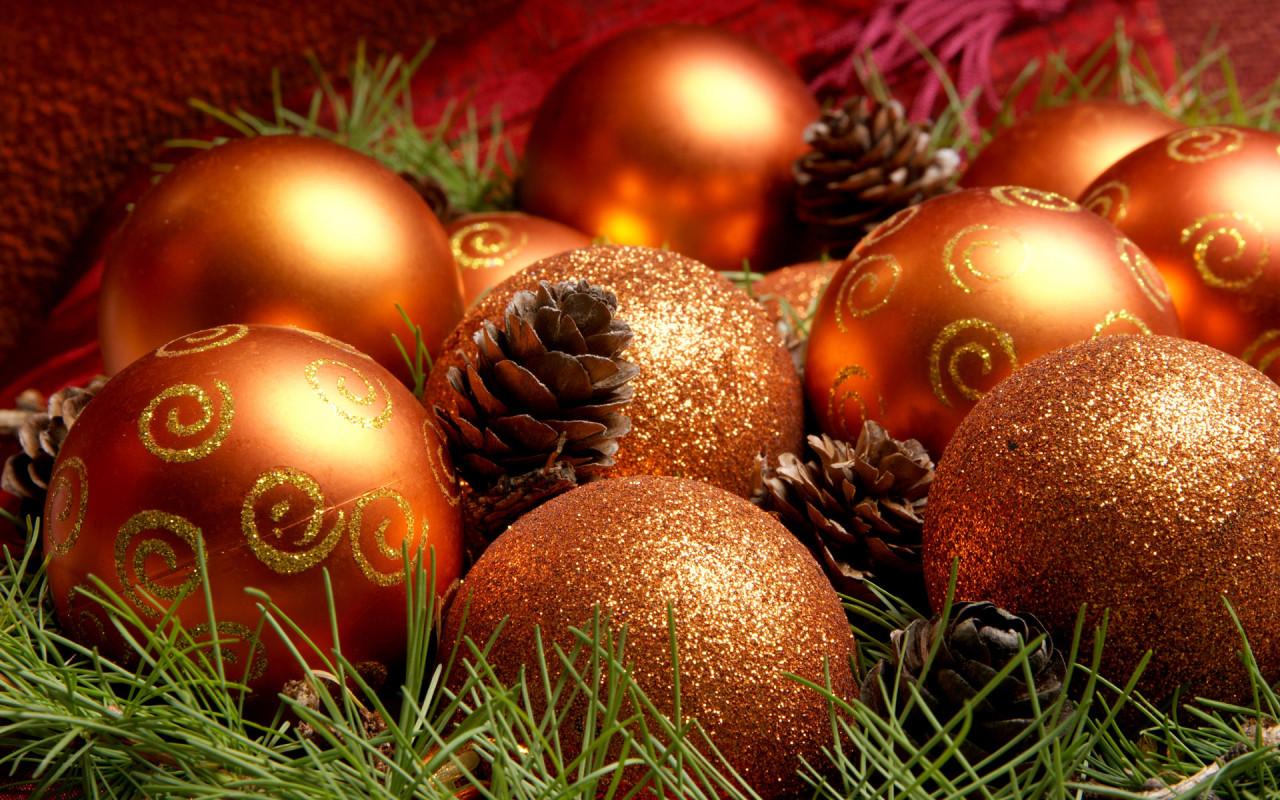 Новогодние шарики и шишки