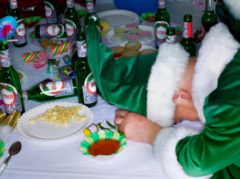 Больше десятка распитых бутылок пива за праздничным столом
