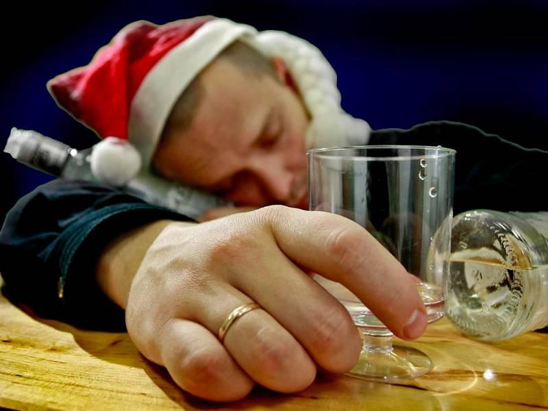 Мужик напился водки и уснул за столом