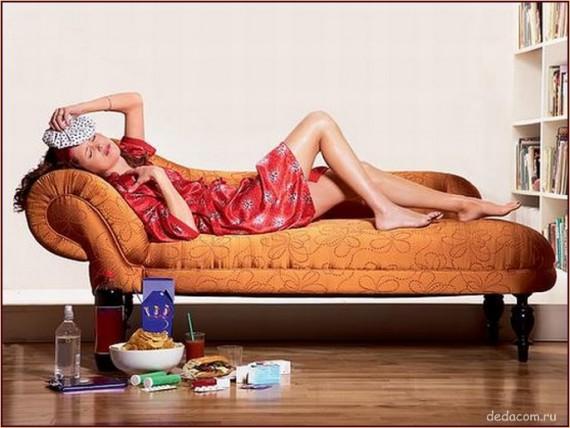 Девушка на диване мучается от похмелья