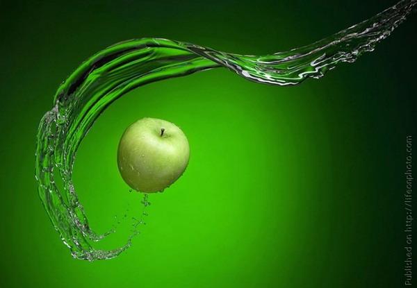 зелёное яблоко на зелёном фоне