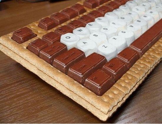 Клавиатура из съедобный материалов: шоколада и печенек