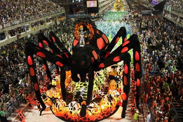 Паук на бразильском карнавале