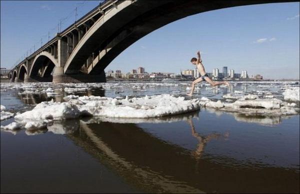 Экстримальные прыжки с льдыны на льдину